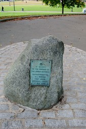 Boulder with plaque in memory of nurses of armed services Boston Common.jpg